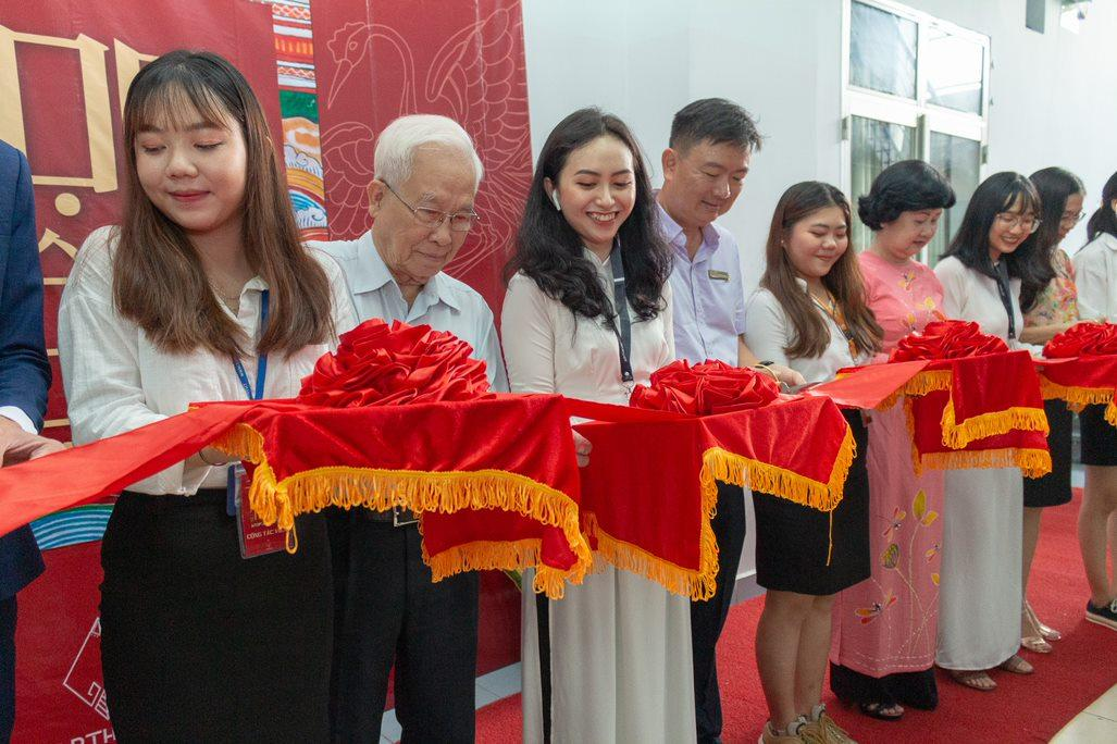 Professor Huỳnh Thế Cuộc - Chairman of Board of Trustees, Dr Nguyễn Anh Tuấn - Vice-Chancellor, chủ tịch công đoàn and The Hoa Niem Art Exhibition ribbon-cutting ceremony