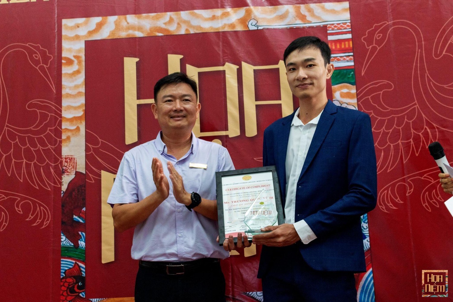 Dr Nguyễn Anh Tuấn Vice Chancellor presents crystal achievement award and certificate of compliment to Mr Trương Quốc Vinh Founder & CEO of Monosketch